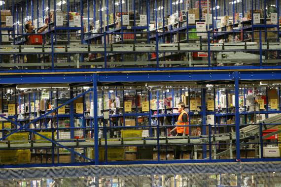 BBVA-OpenMind-Libro 2018-Perplejidad-Saunders-Almacen_Amazon-Workers sorting Christmas presents at the Amazon warehouse in Milton Keynes, Bucks.