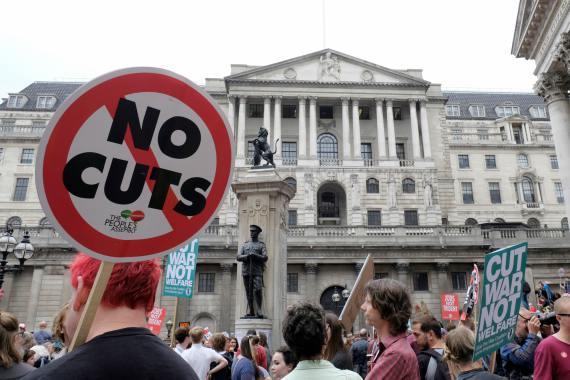 BBVA-OpenMind-Libro 2018-Perplejidad-Springer-Recortes-Sociales-UK-Ciudadanos británicos concentrados ante el Banco de Inglaterra, mostrando pancartas y enseñas contra los recortes sociales.