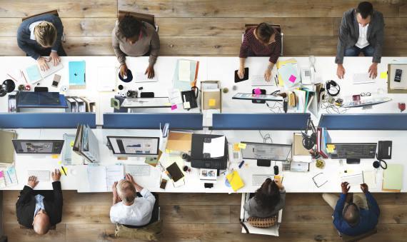 BBVA-OpenMind-Libro 2018-Perplejidad-White-desk-El número de horas que trabaja una persona se refleja en sus relaciones sociales, especialmente entre los sectores más vulnerables.