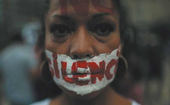 """BBVA-OpenMind-Perplejidad-Centeno-Lajous-violencia-periodistas-La violencia contra periodistas es un problema grave en México. Una mujer con """"no al silencio"""" escrita en su rostro en una manifestación para poner fin a la violencia contra periodistas en México."""