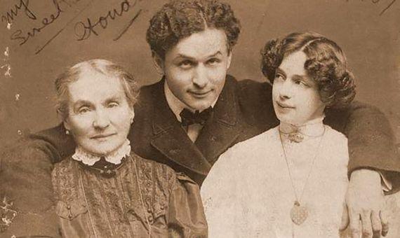 Harry Houdini con su madre y su mujer, sus dos amores. Fuente: Wikimedia