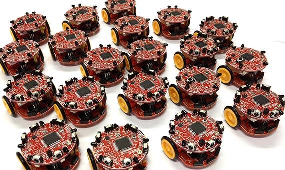 Varios grupos de robótica  de todo el mundo se afanan en el desarrollo de enjambres de robots. Crédito: Farshadarvin