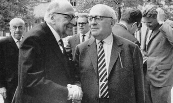Fotografía tomada en Heidelberg, abril de 1964, [1] por Jeremy J. Shapiro en el Max Weber-Soziologentag. Horkheimer está de frente a la izquierda, Adorno de frente a la derecha, y Habermas está en el fondo, a la derecha, pasándose la mano por el pelo. Siegfried Landshut está en el fondo a la izquierda. Imagen: Wikimedia