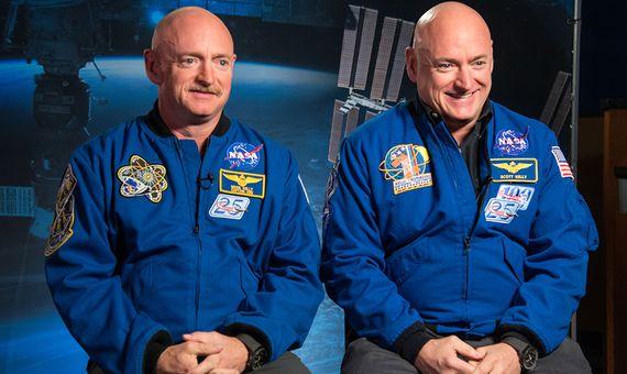 Scott Kelly (derecha) pasó un año en el espacio mientras que su hermano gemelo Mark (izquierda) se quedó en la Tierra como sujeto de control. Crédito: NASA.