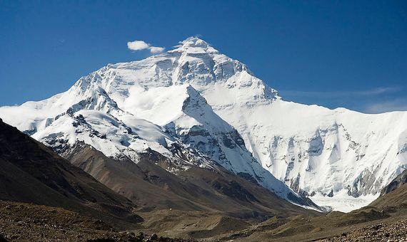 La cara norte del Monte Everest, como se ve desde el camino al campamento base en el Tíbet. Crédito: Luca Galuzzi