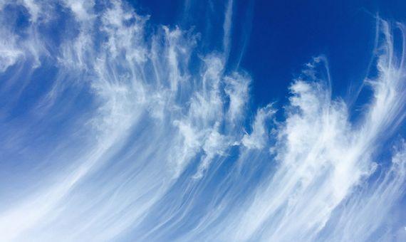 Los cirros son nubes altas, claras, tenues y delicadas que frecuentemente anuncian un cambio meteorólogico. Crédito: strecosa