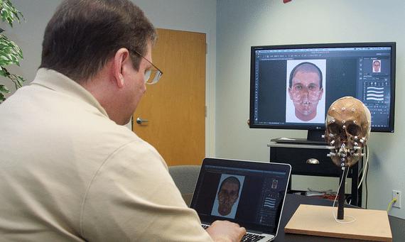 Thom Shaw, un artista forense certificado por el IAI, realiza una reconstrucción facial física y la adaptación digital de un compuesto Snapshot para reflejar los detalles extraídos de la morfología facial de la víctima. Crédito: Snapshot