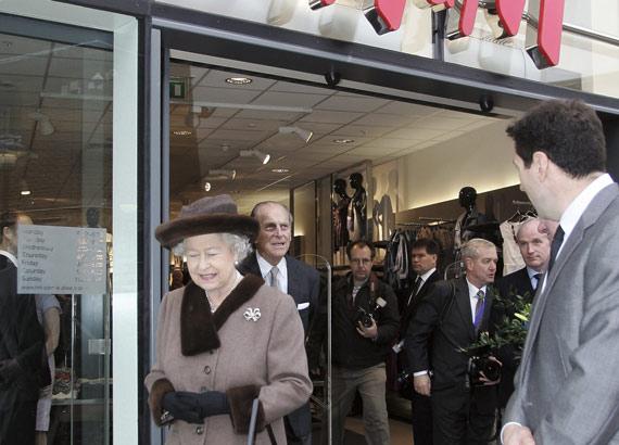 La reina de Reino Unido, Isabel II, y el príncipe Felipe, duque de Edimburgo, durante una visita al remodelado King Edward Court Shopping Centre de Windsor, Inglaterra, febrero de 2008