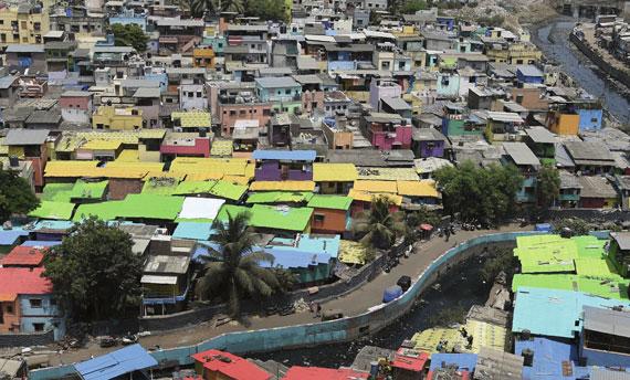 BBVA-OpenMind-Ilustracion-Nancy-Chau_Ravi-Kanbur_Pasado-presente-y-futuro-desarrollo-economico_Un barrio de pescadores de Bombay, donde los suburbios están cambiando su imagen gracias a una organización que busca mejorar las condiciones de vida de los desfavorecidos de la capital financiera de la India. Junio 2018