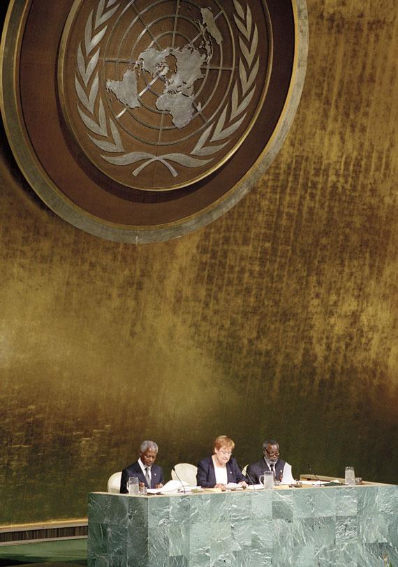 BBVA-OpenMind-Ilustracion-Nancy-Chau_Ravi-Kanbur_Pasado-presente-y-futuro-desarrollo-economico_Sesión inaugural de la sede de Naciones Unidas de Nueva York de la Cumbre del Milenio, 6 de septiembre de 2000. En la imagen, la ,esa de presidencia (de izq. a dcha.): el entonces secretario general de ONU, Kofi Annan, y los copresidentes Tarja Halonen (Finlandia) y Sam Nujoma (Namibia)