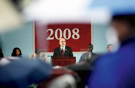 BBVA-OpenMind-Ilustracion-Nancy-Chau_Ravi-Kanbur_Pasado-presente-y-futuro-desarrollo-economico_Ben Bernanke, presidente de la Reserva Federal de Estados Unidos entre 2006 y 2014, en una charla con alumnos de último año de la Universidad de Harvard, Cambridge, Massachusetts, junio de 2008