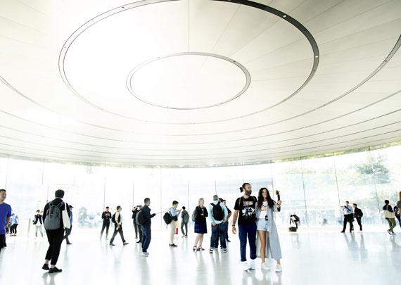 BBVA-OpenMind-Ilustracion-Nancy-Chau_Ravi-Kanbur_Pasado-presente-y-futuro-desarrollo-economico_Momentos previos al anuncio de un producto de Apple en su nueva sede de Cupertino, California, el 12 de septiembre de 2018, un año después de lanzar su iPhone X, elsmartphonemás caro del mercado