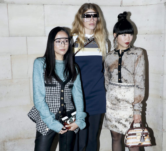 BBVA-OpenMind-ilustración-Alex-pentland-datos-para-una-nueva-ilustracion-La influencer Susie Bubble (dcha.) antes del desfile de Louis Vuitton, en la Paris Fashion Week Womenswear Primavera/Verano 2019