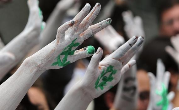 El movimiento estudiantil YoSoy132 se manifiesta frente a la Comisión Federal de Elecciones de México, en Ciudad de México, para denunciar la falta de transparencia en las elecciones generales de junio de 2012 y el trato de favor de los medios al candidato del PRI