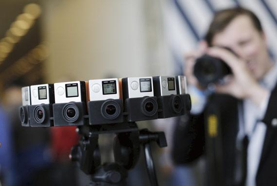 BBVA-OpenMind-ilustración-Joanna-J-Bryson-la-ultima-decada-y-el-futuro-del-impacto-de-la-IA-en-la-sociedad-Presentación del dispositivo de GoPro durante el congreso de desarrolladores I/O en San Francisco, en mayo de 2015. Este dispositivo incorpora 16 cámaras y usado con elsoftware Jump, de Google, proporciona visión de 360 grados