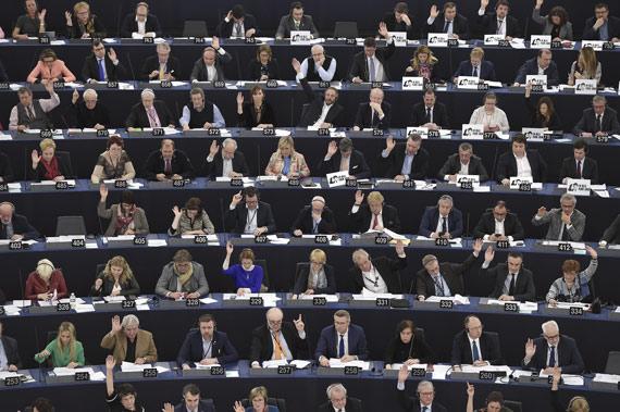 BBVA-OpenMind-ilustración-Joanna-J-Bryson-la-ultima-decada-y-el-futuro-del-impacto-de-la-IA-en-la-sociedad-Miembros del Parlamento Europeo durante una votación de la Eurocámara en la sede de Estrasburgo, Francia, marzo de 2018
