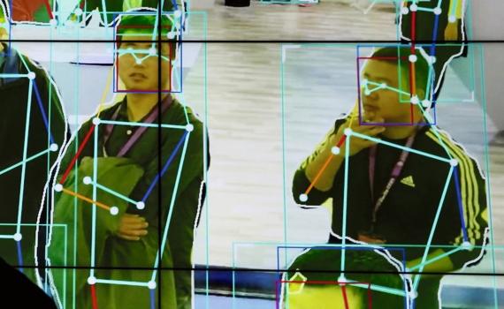 BBVA-OpenMind-ilustración-Joanna-J-Bryson-ultima-decada-y-el-futuro-del-impacto-IA-en-la-sociedad-Un hombre observa un software que analiza los movimientos humanos en el estand de la compañia de IA Horizon Robotics durante la feria Scurity China, en Pekin, octubre de 2018