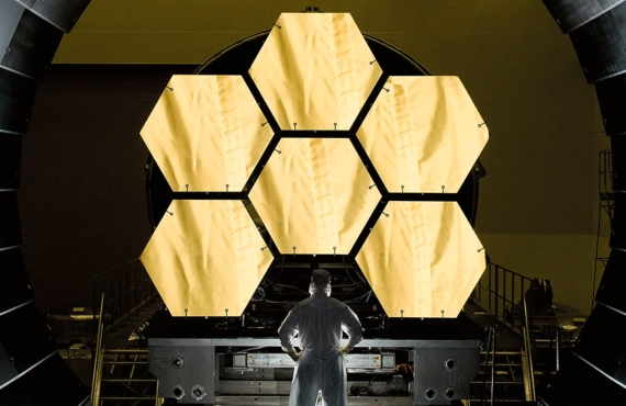 BBVA-OpenMind-ilustración-Martin-Rees-La-ultima-decada-futuro-de-la-cosmologia-y-astrofisica-NASA engineer Ernie Wright supervises the instalation of the first six primary mirror segments from the James Webb Space Telescope to begin the final round of cryogenic test at NASA´s Marshall Space Flight Center.