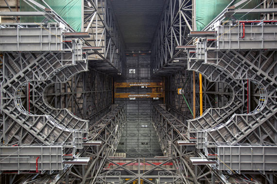 BBVA-OpenMind-ilustración-Martin-Rees-La-ultima-decada-futuro-de-la-cosmologia-y-astrofisica-High Bay 3 inside the Vehicle Assembly Building at NASA´s Kennedy Space Center in FLorida. The newly installed platform will complete the second of ten levels of work platforms that will surround and provide access to the SLS rocket and Orion spacecraft for Exploration Mission 1