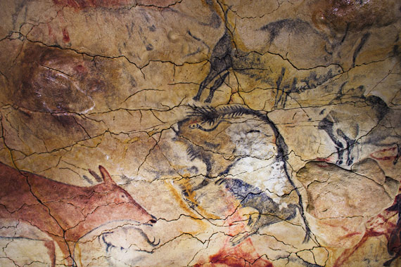 BBVA-OpenMind-ilustración-Martinon-torres-antropología_que-hemos-aprendido-en-la-ultima-decada_Painting at the Altamira Cave, in Cantabria, Spain, which dates from the Upper Paleolithic.