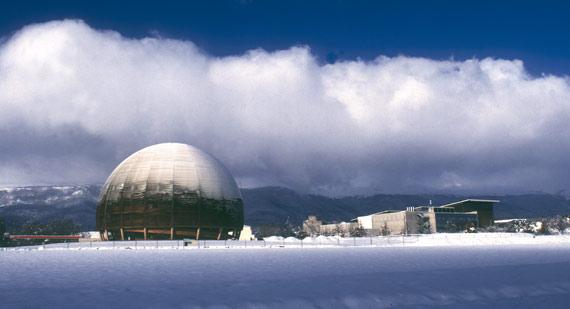 BBVA-OpenMind-ilustración-SANCHEZ-RON-Cuando-el-pasado-se-hace-futuro_la-fisica-siglo-xxi-Centro de exposiciones del CERN, en Suiza, en un día nevado. El edificio, construido en madera, lo donó al CERN la Confederación Suiza en 2004 para celebrar los 50 años de su fundación