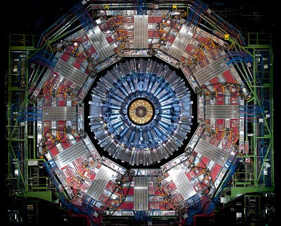 BBVA-OpenMind-ilustración-SANCHEZ-RON-Cuando-el-pasado-se-hace-futuro_la-fisica-siglo-xxi-A cross section of CERN´s Compact Muon Solenoid detector (CMS)