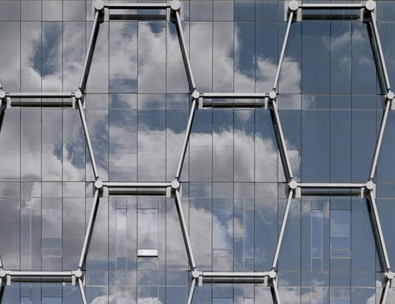 BBVA-OpenMind-ilustración-Sandip-Tiwari-El-espiritu-en-la-maquina_la-nanotecnologia-la-complejidad-y-nosotros-Detalle de la fachada del edificio Quantom Nano Centre, diseñado por el estudio de arquitectura KPMB. Waterloo, Canadá, 2013