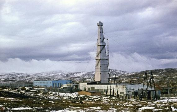 BBVA-OpenMind-Materia-Récords 6-Instalaciones del pozo superprofundo de Kola en 1974. Fuente: Wikimedia