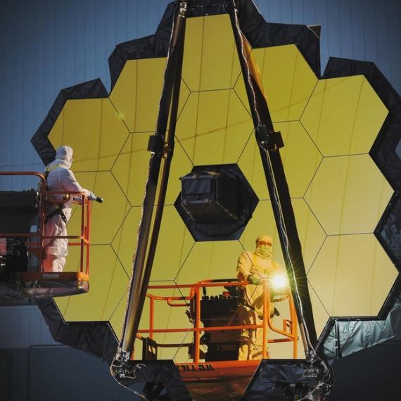 BBVA-OpenMind-Materia-hubble 4-Inspeccionando el espejo primario de James Webb. Crédit: NASA – C. Gunn