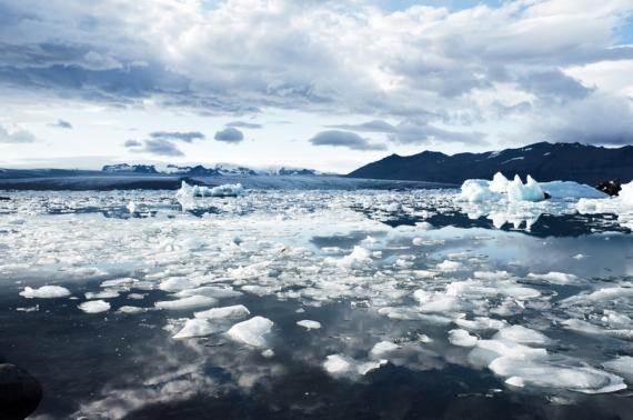 En los océanos, lagos y ríos, la capa flotante de hielo impide que escape el calor, manteniendo en estado líquido el agua que yace debajo. Crédito: Jay Mantri