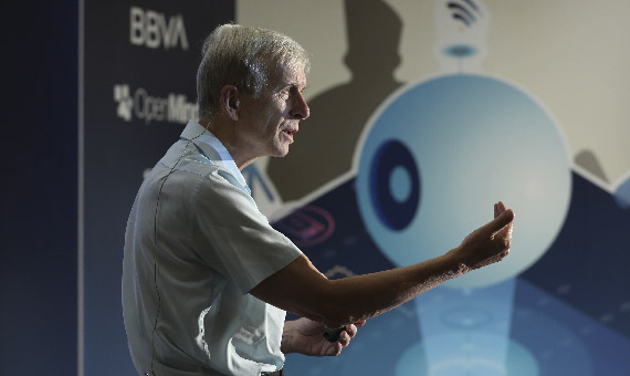 Kevin Warwick durante su intervención en el encuentro 'Inteligencia artificial: presente y futuro' celebrado en Málaga. Créditos: Diario Sur