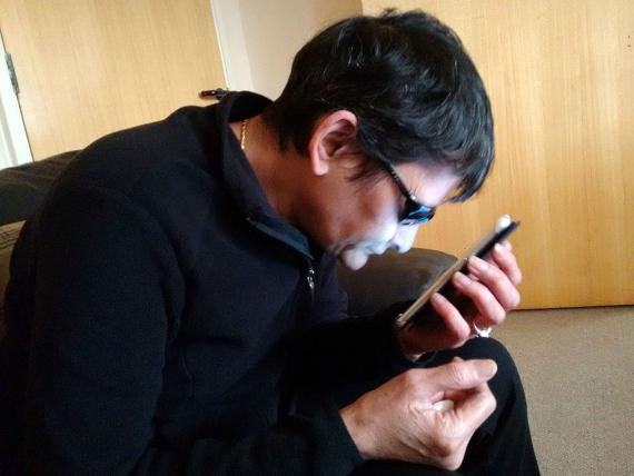 BBVA-OpenMind-Materia-Tecnologías móviles para el desarrollo del tercer mundo-Apps tercer mundo_5-La app Peek utiliza la pantalla de un smartphone para examinar la visión del paciente. Crédito: Francisclarke