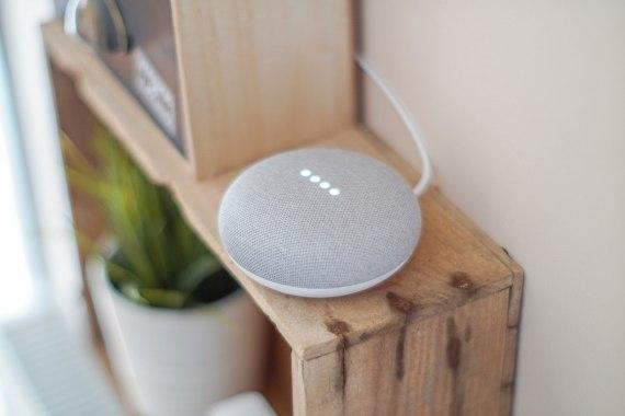 Los empleados de Google escuchan fragmentos de las conversaciones grabadas por su altavoz inteligente. Credito: John Tekeridis