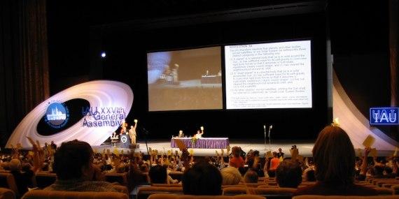 BBVA-OpenMind-Materia-Batalla Pluton 2-sesión plenaria de la Asamble General de la UAI, el 24 de agosto de 2006 en Praga. Crédito: Aldebarium