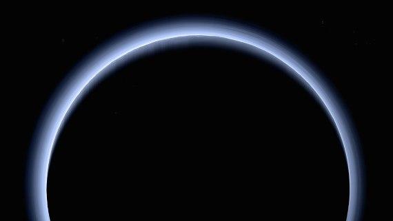 BBVA-OpenMind-Materia-Batalla Pluton 3-Imagen capturada por la sonda New Horizons, que muestra una neblina azul en la atmósfera de Plutón. Crédito: NASA/Johns Hopkins University Applied Physics Laboratory/Southwest Research Institute