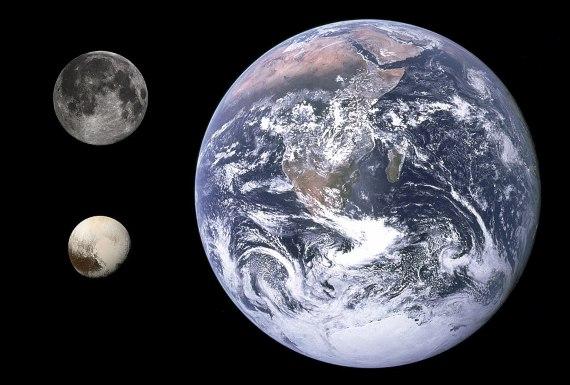 BBVA-OpenMind-Materia-Batalla Pluton 4-Comparación del tamaño de la Luna, Plutón y la Tierra. Crédito: Gregory H. Revera, NASA/JHUAPL/SWRI