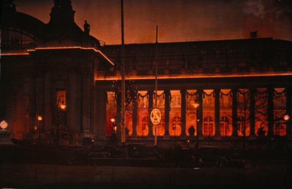 Primera demostración pública de luces de neon, en el Salón del Automóvil de París (1910). Fuente: Xavier Testelin