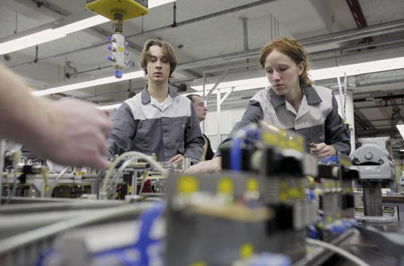 BBVA-OpenMind-Carmen-Pages-politicas-para-enfrentar-con-exito-el-futuro-del-trabajo-1-Dos alumnos de Electrónica y Mecánica en el centro de formación de Opel, en Ruesselsheim, Alemania