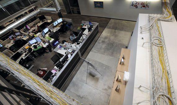 BBVA-OpenMind.Ellen-Ruppel-Shell-Realidad-emprendimiento-en-economia-global-1 Los cables por los que circulan los datos están a la vista en las oficinas del campus de Google cercano a Venice Beach en Los Ángeles, California