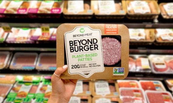 Las hamburguesas a base de vegetales han sufrido un boom de popularidad gracias a su distribuci贸n en supermercados y cadenas de restaurantes. Imagen: Beyond Meat