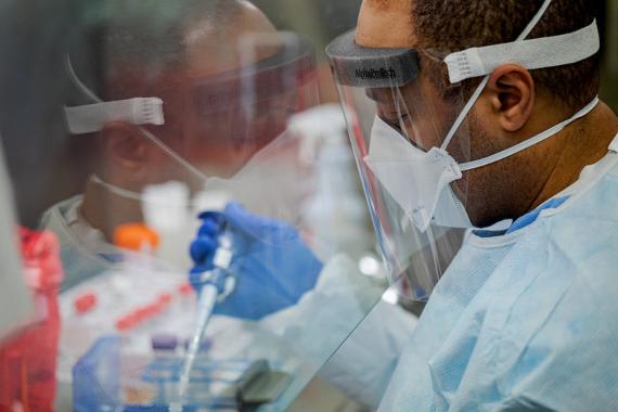 BBVA-OpenMind-Cómo puede la ciencia derrotar al coronavirus-retos y herramientas-coronavirus 5-El microbiólogo de la Commonwealth de Pensilvania, Kerry Pollard, realiza una extracción manual del coronavirus. Crédito: Governor Tom Wolf