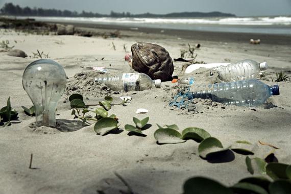 BBVA-OpenMind-Materia-Fin de la Década de la Biodiversidad de la ONU-Biodiversidad 3Residuos en una playa de Malasia. Crédito: epSos.de