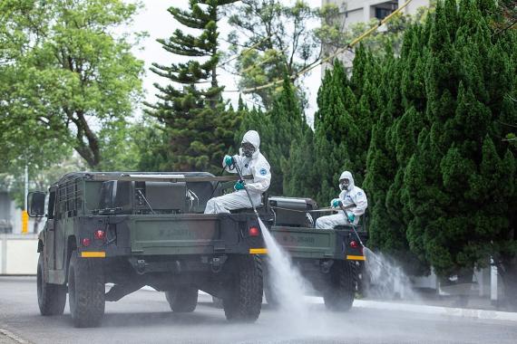 BBVA-OpenMind-ciencia derrotar al coronavirus_ retos y herramientas-Futuro coronavirus 2-Desinfección de la calle en Taiwan. Crédito: Military News Agency Zhou Lihang