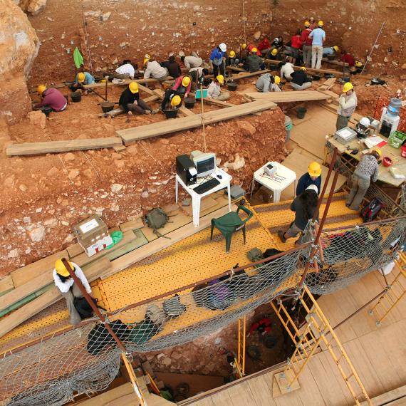 BBVA-OpenMind-Materia-La genética nos acerca al misterio del hombre de Atapuerca 4-Excavaciones en el yacimiento de Gran Dolina, en Atapuerca, durante el año 2008. Crédito: Mario Modesto Mata