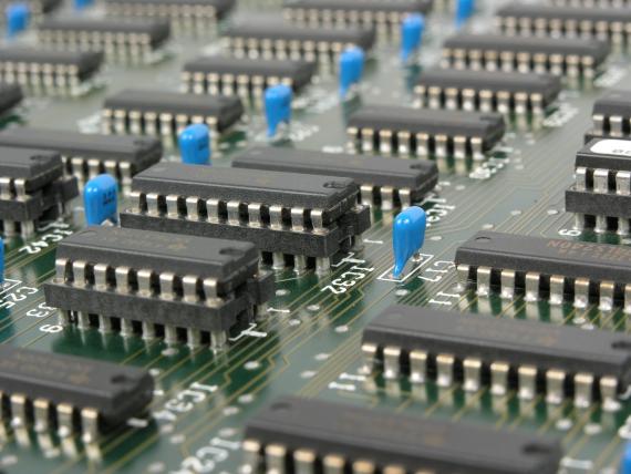 BBVA-OpenMind-El futuro de la electrónica-ley de Moore 3-Los transistores sustituyeron a los voluminosos tubos de vacío. Fuente: PH