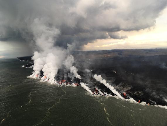 BBVA-OpenMind-Materia-lluvias y el cambio climático aumentar el riesgo de erupciones volcanicas 2-Lava derramándose al mar. Crédito: U.S. Geological Survey