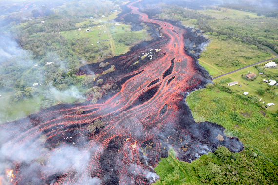 BBVA-OpenMind-Materia-lluvias y el cambio climático aumentar el riesgo de erupciones volcanicas 5-Vista desde un helicóptero de la zona del Rift Este del Volcán Kilauea, el 19 de mayo de 2018. Crédito: United States Geological Survey