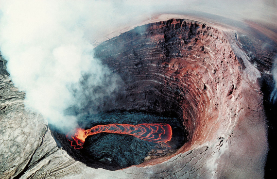 Vista aérea del lago de lava ubicado en el cráter del Puʻu ʻŌʻō. Crédito: J.D. Griggs / U.S. Geological Survey