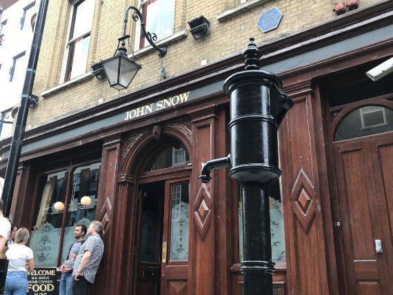 BBVA-OpenMind-Francisco Doménech-Francisco Doménech-John Snow y el origen medicina colera-3-Placa conmemorativa y pub John Snow, en la calle Broadwick (antes Broad) de Londres. Crédito: Matt Brown