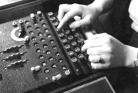 BBVA-OpenMind-MAteria-Codigos CyL 1-Máquina Enigma, siendo usada en diciembre de 1943, con su doble teclado (que muestra el mensaje codificado según se va tecleando el mensaje original). Fuente: Deutsches Bundesarchiv